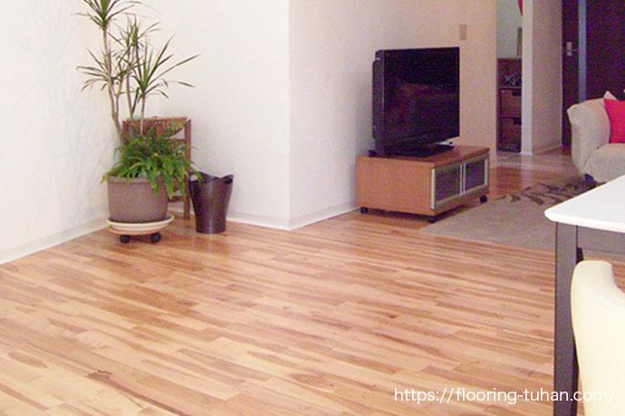床・壁と白色を基調とした民宿(山桜材/無垢フローリング/白フローリング/白系統フローリング/白床)