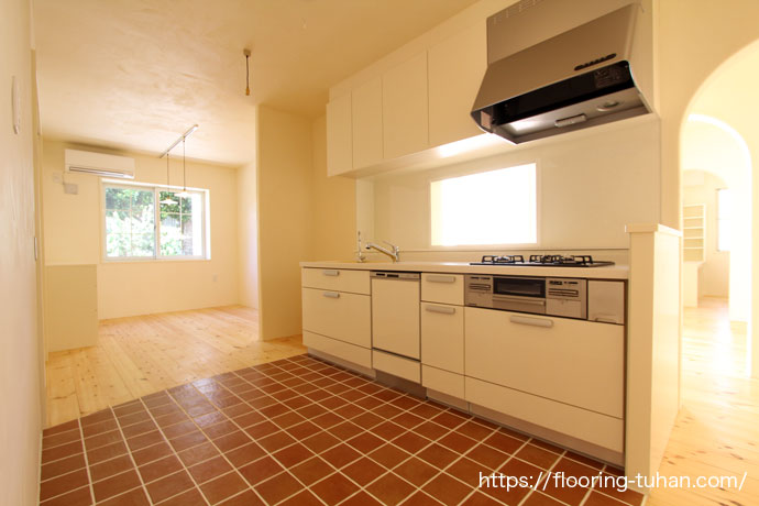 漆喰壁、パイン材、白色で統一されたキッチン(パイン無垢材/赤松フローリング/漆喰壁)