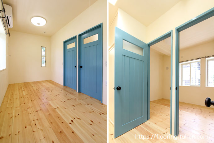 ブルーのドアが印象的な、赤松フローリングを使用した無垢床材の部屋