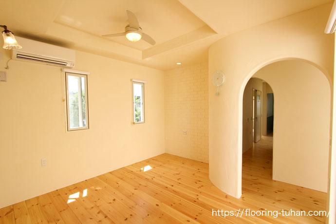 丸みを帯びた入口が印象記的なダイニング(白フローリング/無垢床材/パイン材/赤松材)