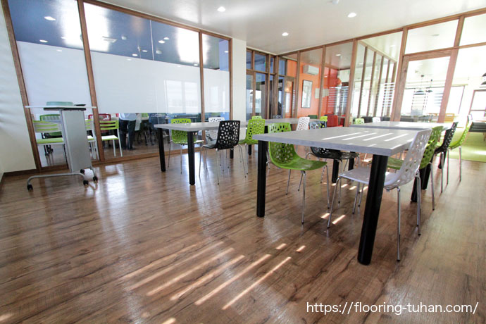 PVCフローリング(デコクリック)・クラシックヒッコリーカラーを施設の床材として採用(沖縄県)