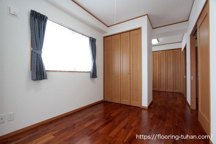 チーク無垢フローリングを使用した部屋(寝室)