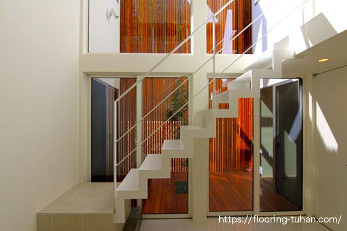 白壁とチーク材がマッチした戸建て住宅