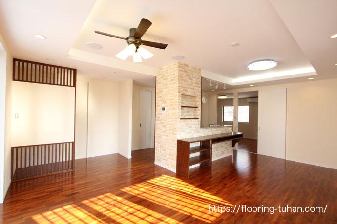 チーク材の茶色を基調とした住宅