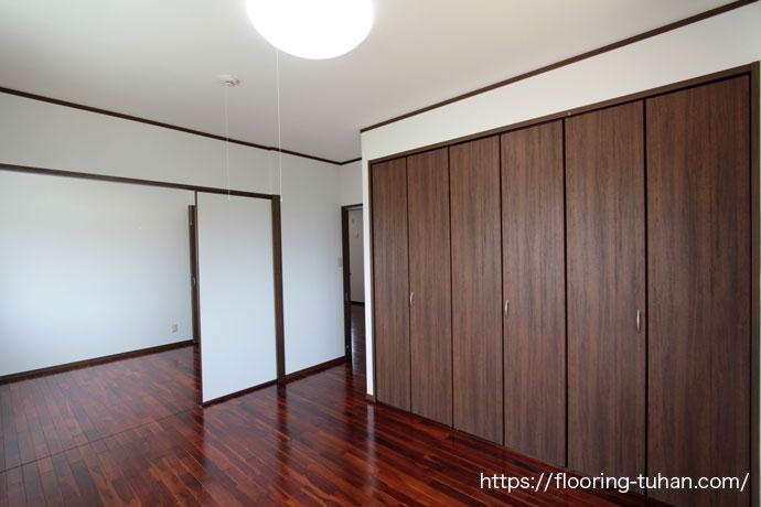 ブラウン色のチーク材で統一した収納いっぱいの部屋