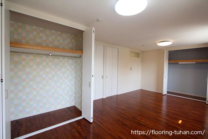 チーク材の茶褐色がで落ち着いた雰囲気の仕上がりになった部屋