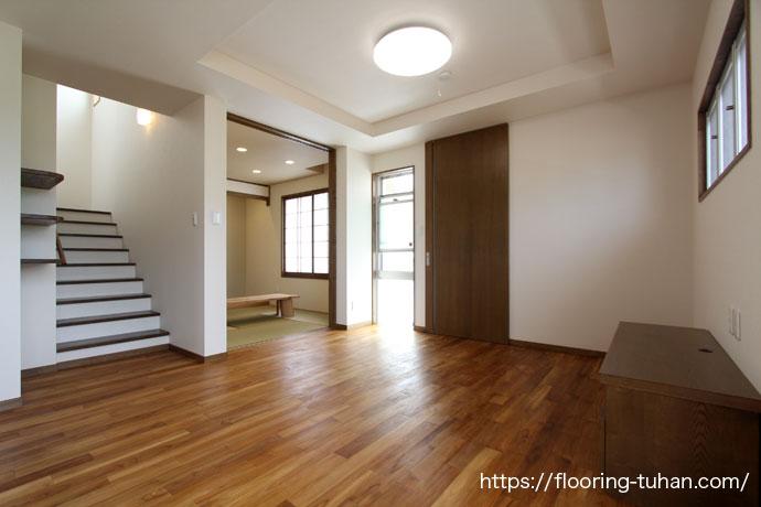 家にも人にも安全な自然オイル塗装の床、チーク無垢フローリングを使用