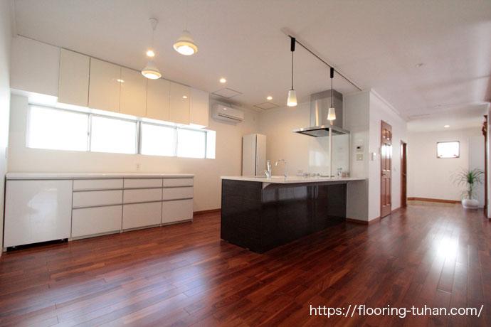 全面的なリフォームをしたことで統一感のある素敵なお家に仕上っています。チークの床材が高級感をより高めています。