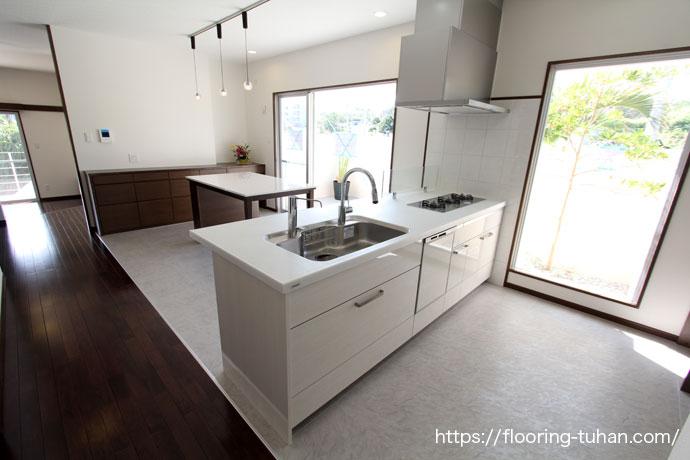 白と黒の紺とトラストが素敵なキッチン
