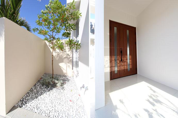 白を基調とした、玄関と玄関入口