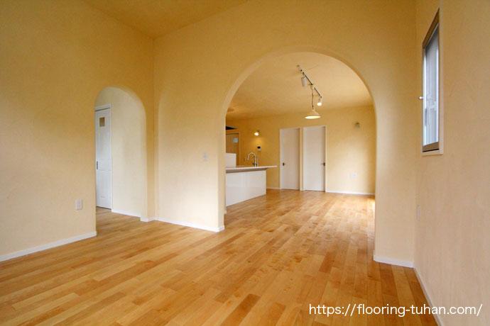 カバ桜無垢フローリングを床材として使用し、自然塗料オスモカラ―を塗って仕上げています。