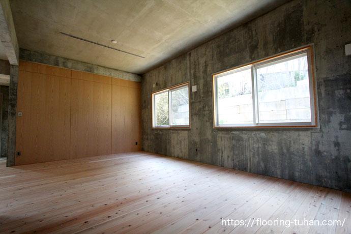 コンクリート打ちっぱなし住宅に杉無垢フローリングを床材として使用