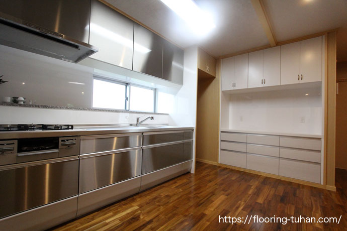 施工事例|床材にチークを使用したキッチン