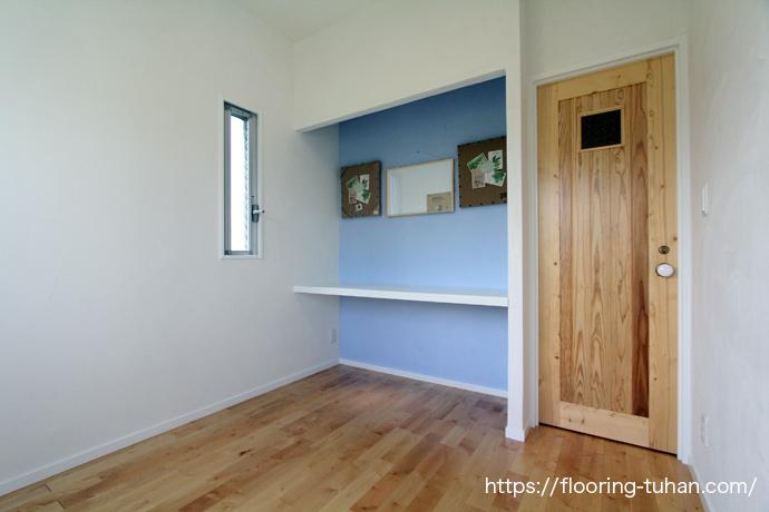 カバ桜無垢フローリングを床材として使用しています。