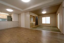 PVCフローリングの床で白を基調としいて明るく清潔感あふれ住宅