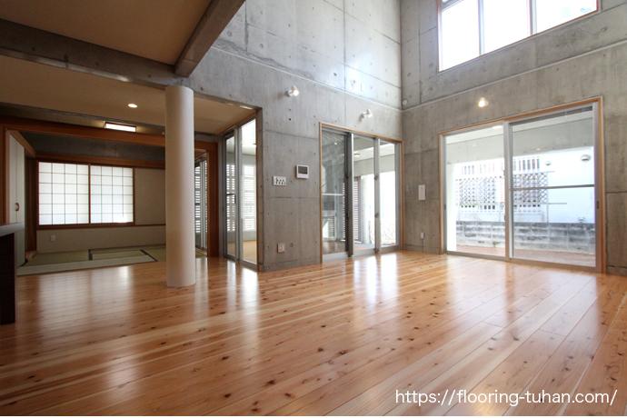 杉材を使用した住宅 広い空間と遊び心のある家